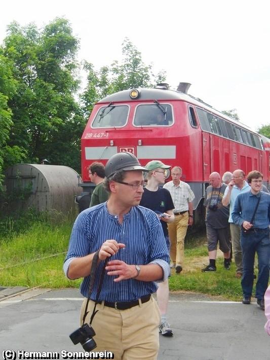 Stefan Dützer vom Schröderstollen, im Bild vorn, begleitet informativ zur Stahl und ehemalige Bergbauregion 38 den Sonderzug