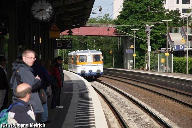 Fahrgäste im Bahnhof Peine warten auf den Sonderzug, der in den frühen Morgenstunden am Hauptbahnhof von Bielefeld abgefahren ist