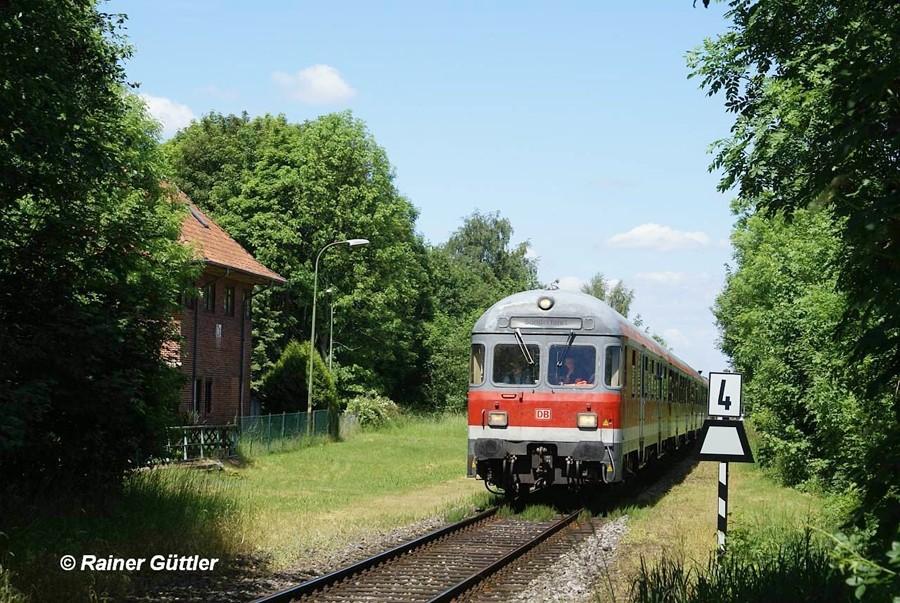 Der Sonderzug Stahlstadtexpress am ehemaligen Stellwerk vom Bahnhof Calbecht