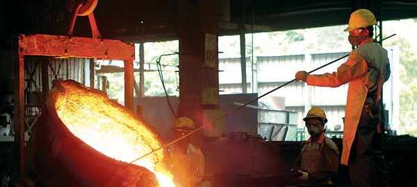 Introducing high quality molten cast iron into the sand mould