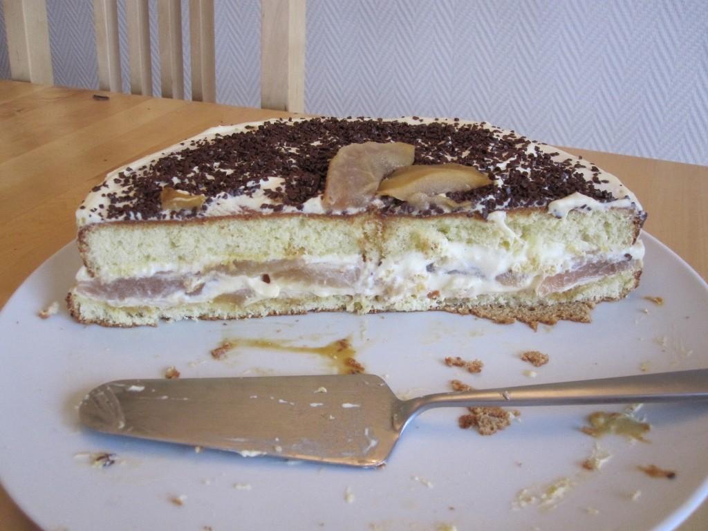 Le gâteau à la poire vu de plus près. (Génoise maison, crème pâtissière allégée à la crème fouettée).