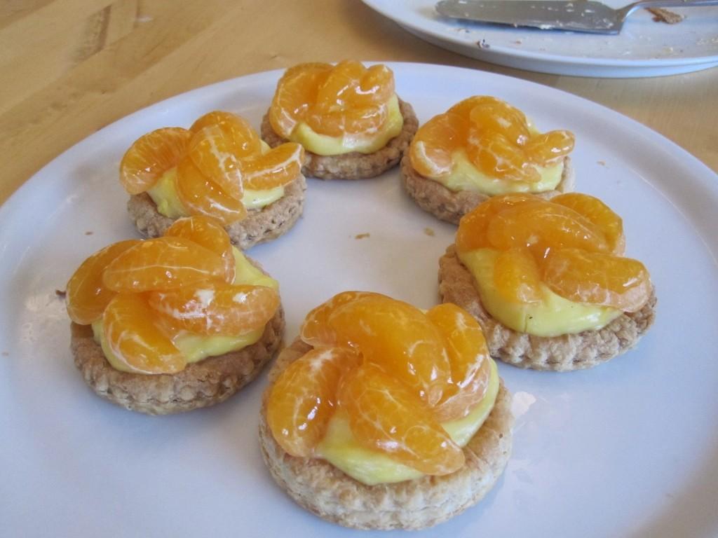 Les tartelettes aux mandarines. (Évidemment, tout est maison, de la pâte feuilletée à la crème pâtissière).