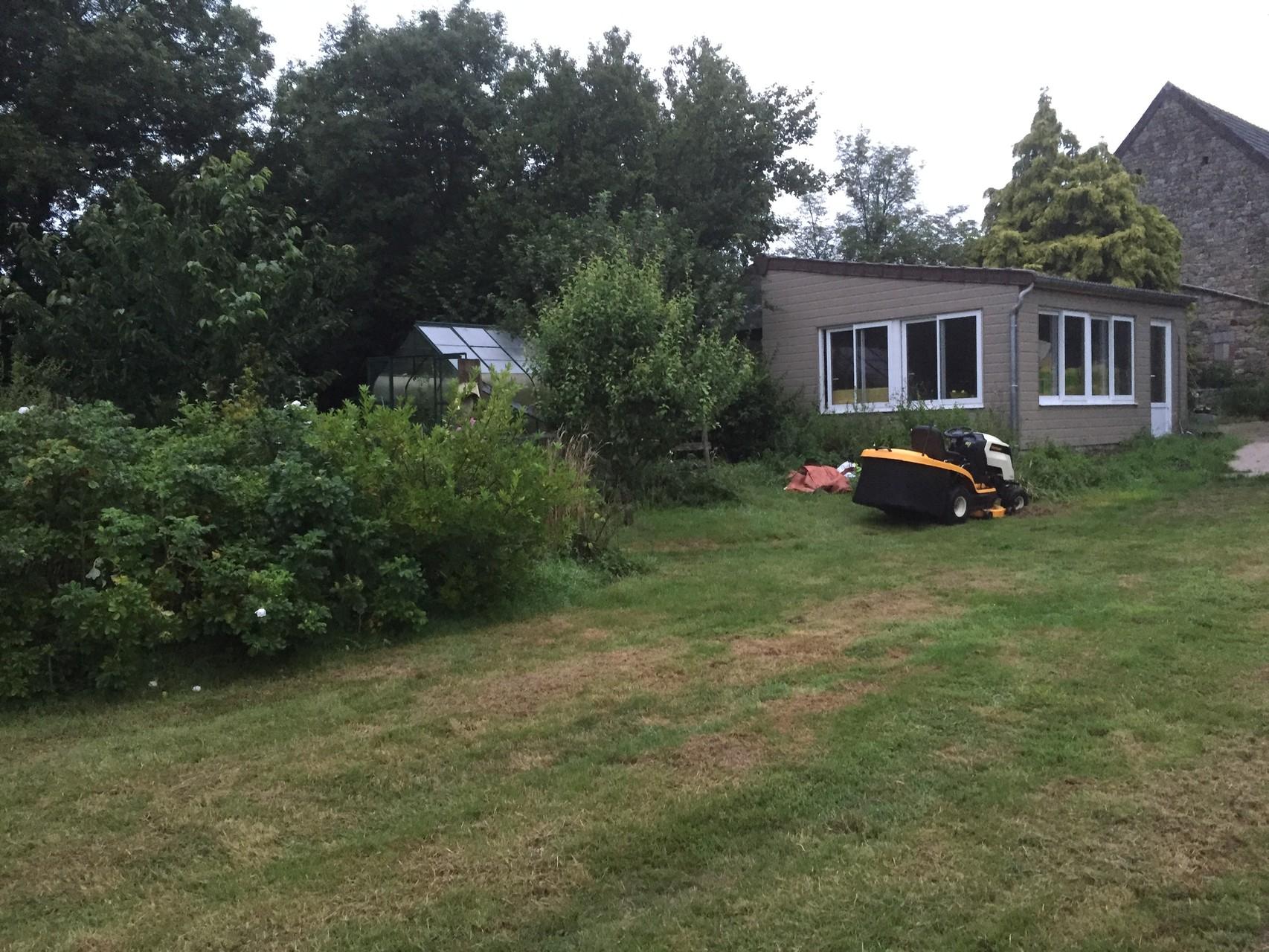 La pelouse de l'ancien jardin et mon atelier de poterie.