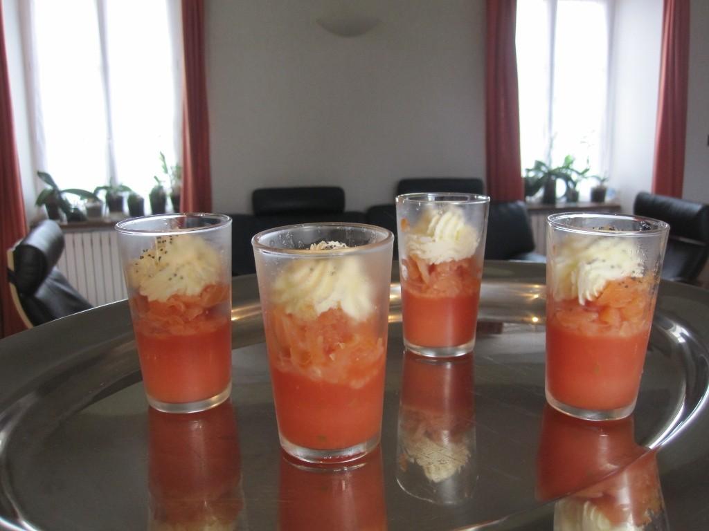 Verrine de gelée de tomates fraîches, saumon, surmontée d'une crème fouettée aux graines de pavot.