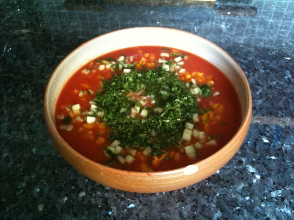 Le gaspacho avec les herbes, tel que je le présente avant de tout mélanger.
