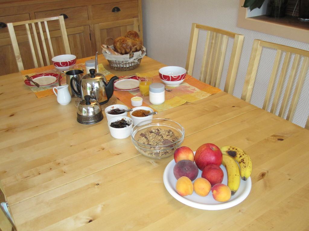 On sert aussi des yaourts maison ou des fruits.