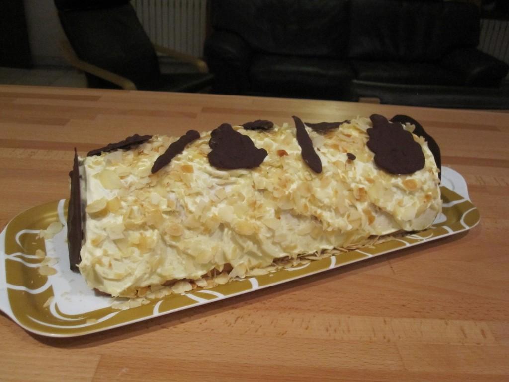 Bûche maison remplie d'une crème bavaroise aux fruits de la passion.