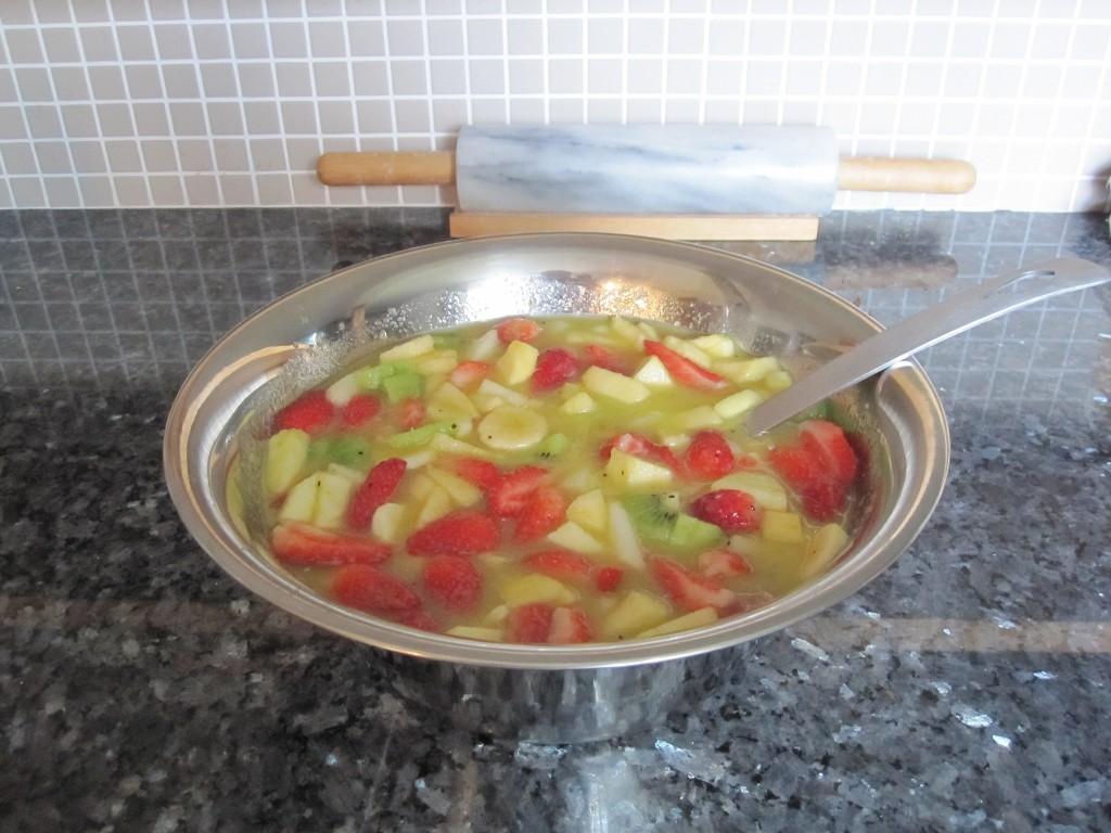 Salades de fruits frais. Je fais un coulis de fraise qui sert de sirop. L'été, c'est rafraîchissant.