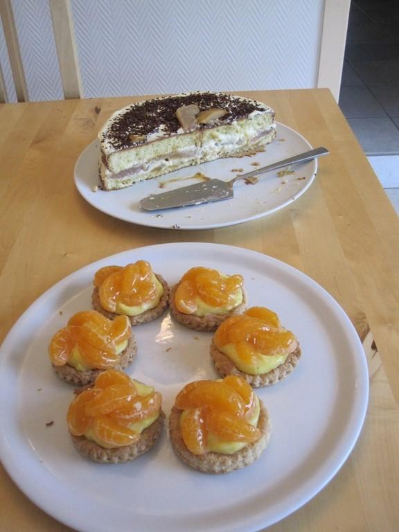 Gâteau de poires fraîches caramélisées et tartelettes aux mandarines.