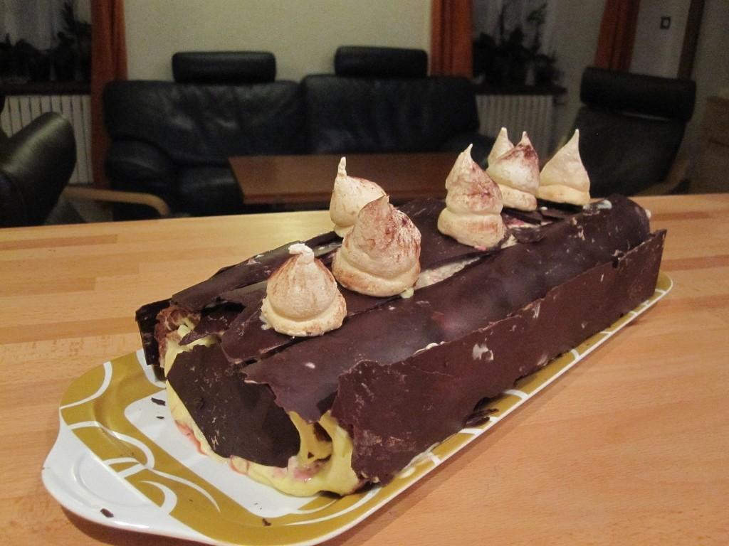 Bûche aux framboises du jardin (congelées) et au chocolat, servie le 24 déc 2012.