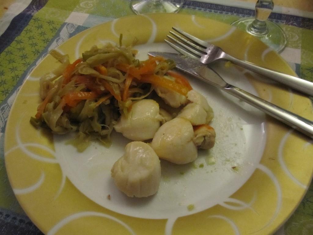 Coquilles St-Jacques et julienne de légumes poêlés.