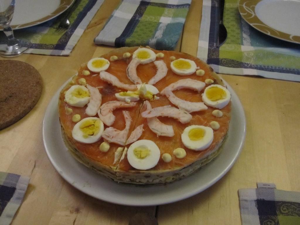 Gâteau de crêpes : crabe, oeufs mimosas, avocat, crevettes, saumon.