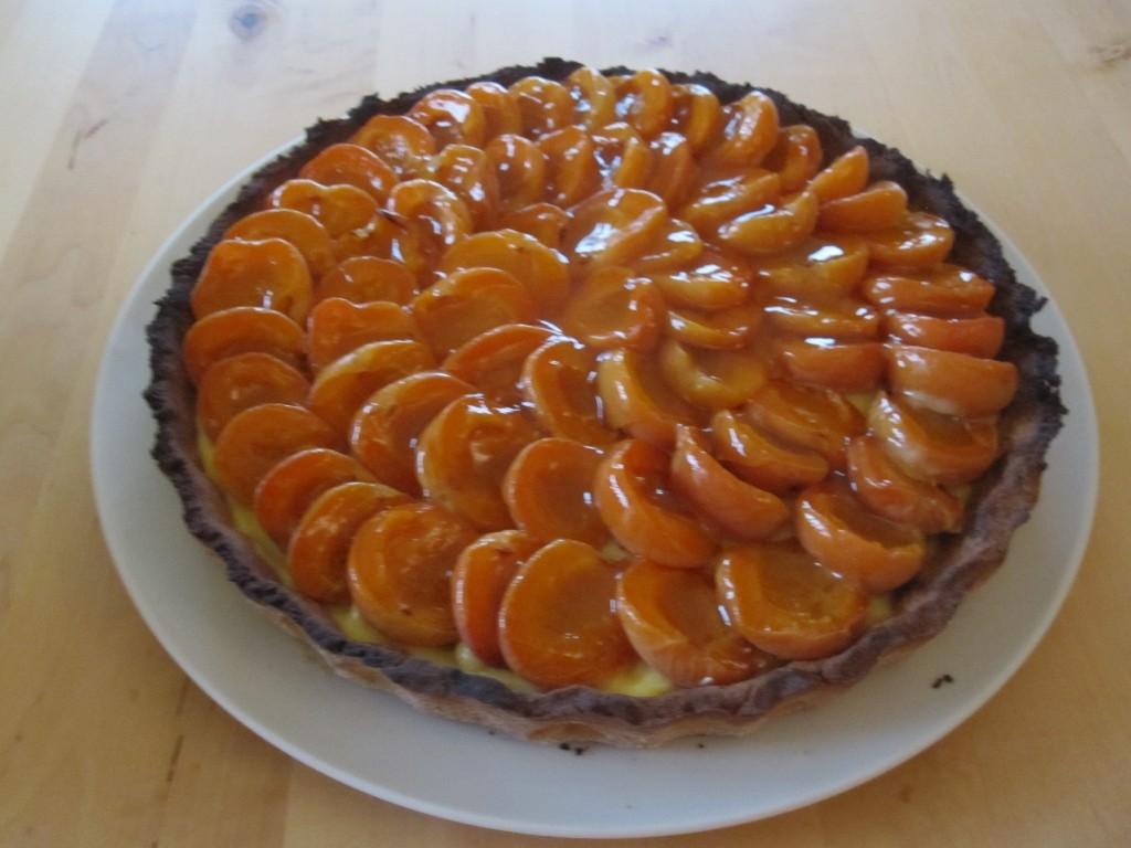 """Tarte aux abricots (pâte sablée, crème pâtissière """"maison"""" et abricots du verger certaines années."""