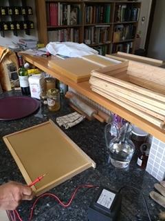 Je pose une feuille de cire d'abeilles gaufrée et je fais chauffer le fil de métal.