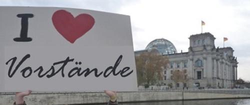 """Schild """"I love Vorstände"""" vor Bundestag"""