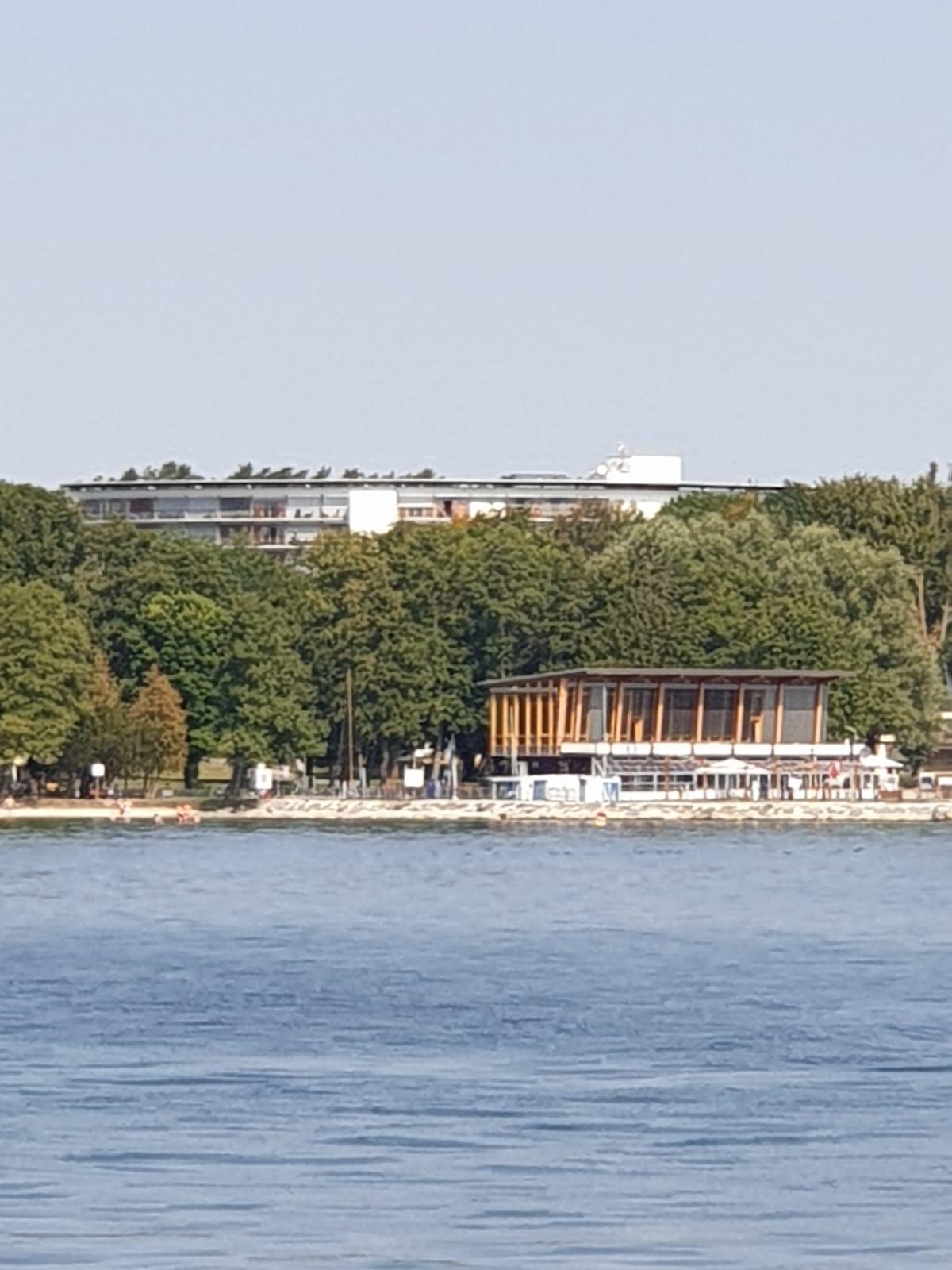 """""""Strandläufer"""", im Hintergrund die Reha-Klinik Klink"""