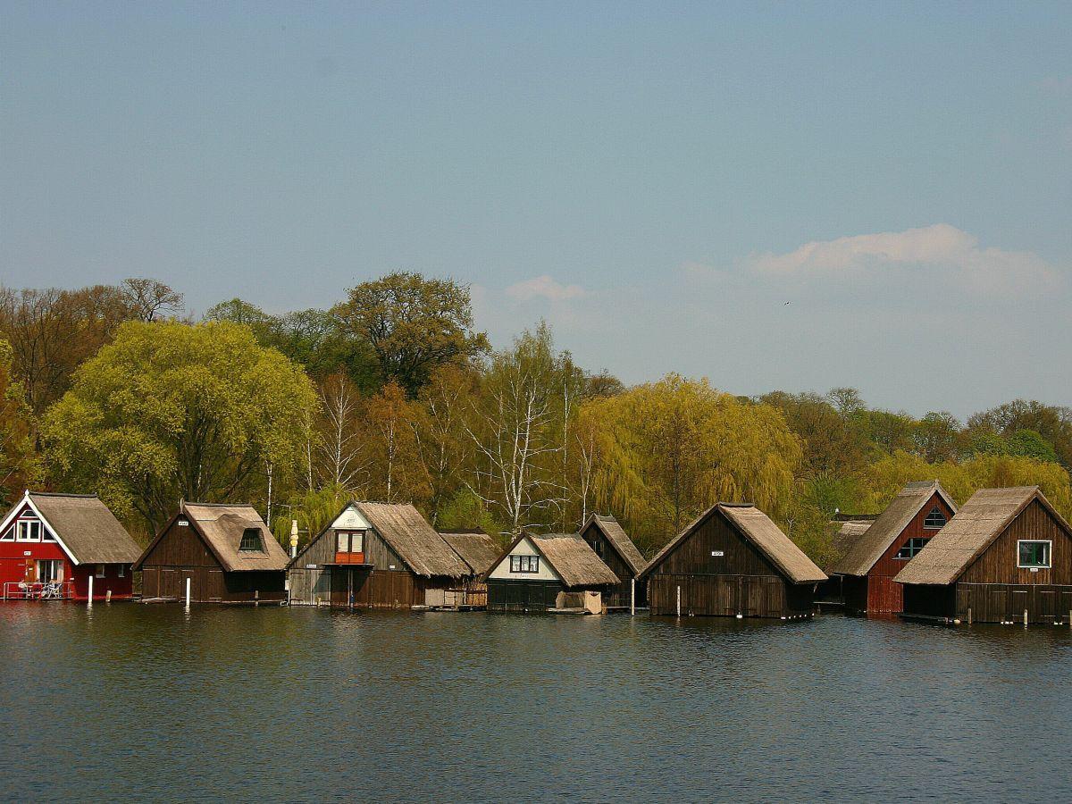 schilfgedeckte Bootshäuser....