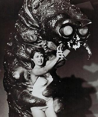 """Barbara Darrow und das Monster in einem Pressefoto für den Film """"The Monster that Challenged the World"""" (USA 1957)"""