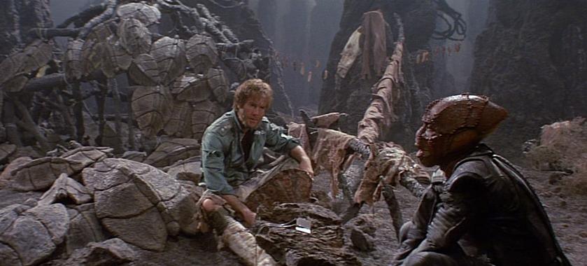 """Szenenfoto aus dem Film """"Enemy Mine – Geliebter Feind"""" (USA/D 1985) von Wolfgang Petersen; Dennis Quaid und Louis Gossett Jr."""