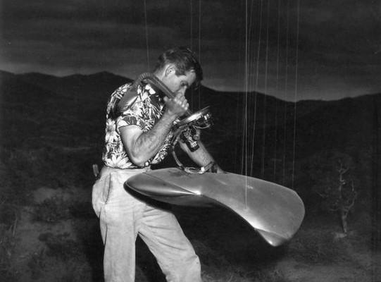 """Ein marsianisches UFO-Modell in einem Foto von den Dreharbeiten zu """"Kampf der Welten"""" (The War of the Worlds, USA 1953)"""