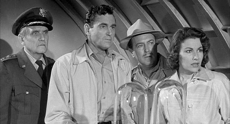 """Szenenfoto aus dem Film """"Angriff der Riesenkralle"""" (The Giant Claw, USA 1957) von Fred F. Sears; Morris Ankrum, Jeff Morrow, Edgar Barrier und Mara Corday"""