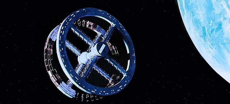 """Szenenfoto aus dem Film """"2001: Odyssee im Weltraum"""" von Stanley Kubrick (2001: A Space Odyssey, GB/USA 1968); die Raumstation im Erdorbit"""