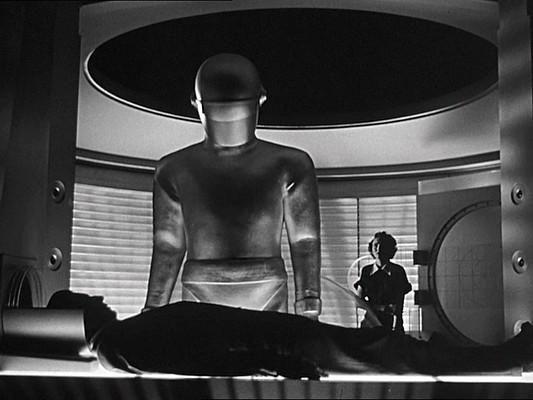 """Szenenfoto aus dem Film """"Der Tag, an dem die Erde stillstand"""" (The Day the Earth Stood Still, USA 1951) von Robert Wise, mit Gort und Patricia Neal"""