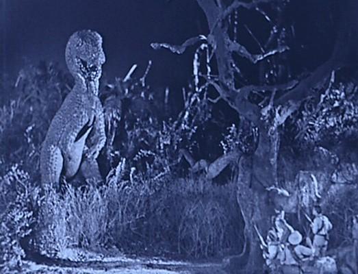"""Szenenbild aus dem Spielfilm """"Die verlorene Welt"""" (The Lost World, USA 1925) von Harry O. Hoyt und Willis O'Brien; ein Allosaurus"""