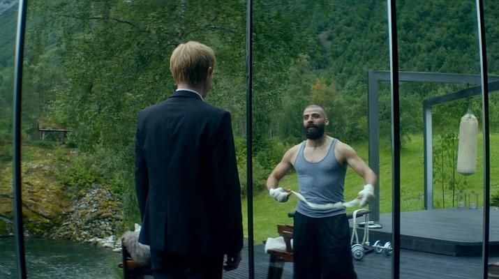 """Szenenfoto aus dem Film """"Ex Machina"""" (GB 2015) von Alex Garland; Domhnall Gleeson und Oscar Isaac"""
