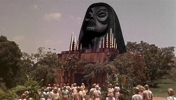 """Szenenfoto aus dem Film """"Die Zeitmaschine"""" (The Time Machine, USA 1960) von George Pal; die Eloi vor der Sphinx"""