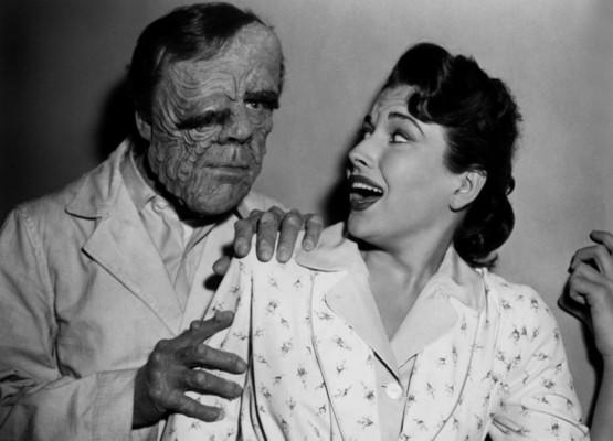 Leo G. Carroll und Mara Corday auf einem Werbefoto für Tarantula (USA 1955)