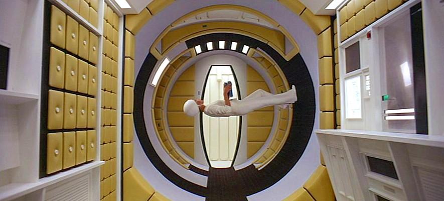 """Szenenfoto aus dem Film """"2001: Odyssee im Weltraum"""" von Stanley Kubrick (2001: A Space Odyssey, GB/USA 1968); die Stewardess im Raumschiff"""