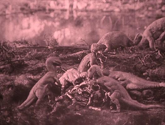 """Szenenbild aus dem Spielfilm """"Die verlorene Welt"""" (The Lost World, USA 1925) von Harry O. Hoyt und Willis O'Brien; mehrere Raubsaurier"""