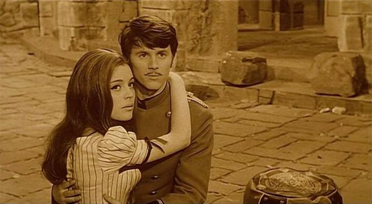 "Szenenfoto aus dem Film ""Auf dem Kometen"" (Na Komete, CSSR 1970) von Karel Zeman; Magda Vásáryová und Emil Horváth"