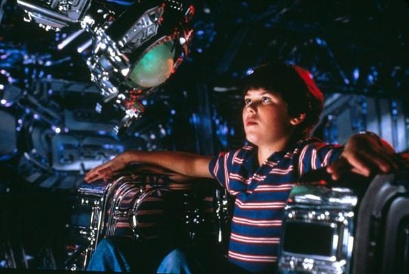 """Szenenfoto aus dem  Film """"Der Flug des Navigators"""" (Flight of the Navigator, USA 1986) von Randal Kleiser; Joey Cramer und Max"""