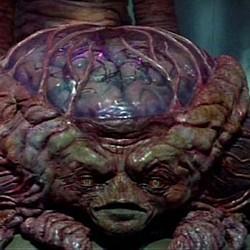 """Szenenfoto mit der marsianischen Intelligenz aus dem Film """"Invasion vom Mars"""" (Invaders from Mars, USA 1986) von Tobe Hooper"""