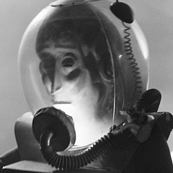 """Szenenfoto mit dem Außerirdischen aus dem Film """"The Man from Planet X"""" (USA 1951) von Edgar G. Ulmer"""
