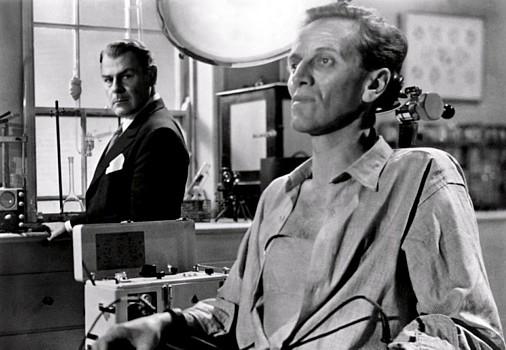 """Szenenfoto aus dem Film """"Schock"""" (The Quatermass Xperiment, GB 1955) von Val Guest; Brian Donlevy und Richard Wordsworth"""