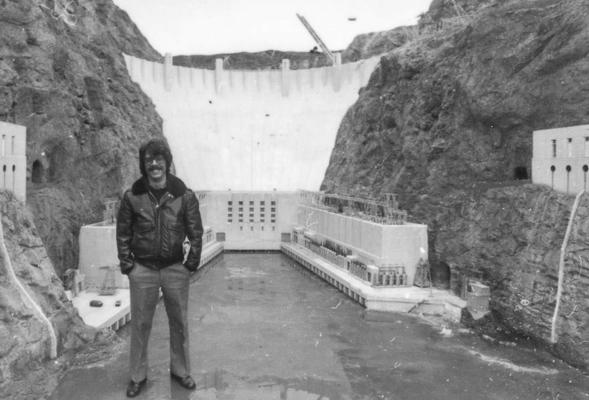 David Michael Petrou in den Modellbauten für den Hoover-Damm