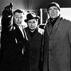 """Szenenfoto aus dem Film """"XX . . . Unbekannt"""" (X the Unknown, GB 1956) von Leslie Norman; William Lucas, Leo McKern und Dean Jagger"""