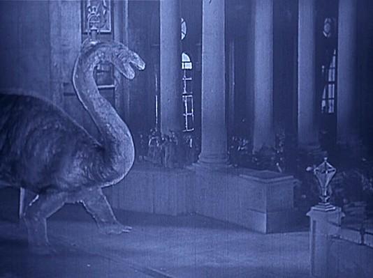 """Szenenbild aus dem Spielfilm """"Die verlorene Welt"""" (The Lost World, USA 1925) von Harry O. Hoyt und Willis O'Brien; ein Brontosaurus in London (travelling matte)"""