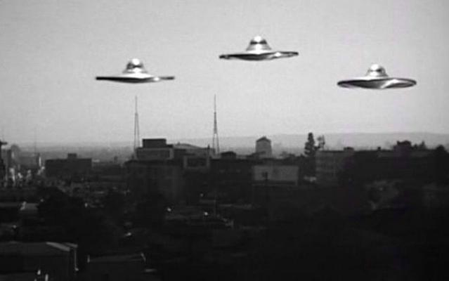 "Szenenfoto aus dem Film ""Plan 9 aus dem Weltall"" (Plan 9 from Outer Space, USA 1959) von Edward D. Wood Jr.; UFOs"