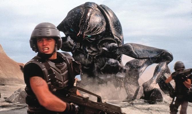 Casper van Dien bekämpft in Starship Troopers (USA 1997) einen Bug