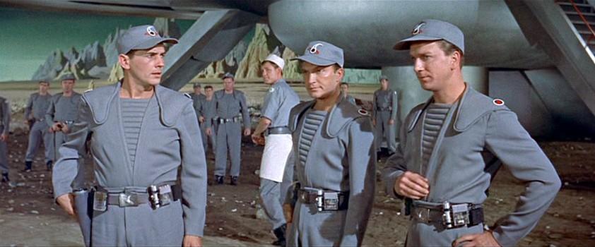 """Szenenfoto aus dem Film """"Alarm im Weltall"""" (Forbidden Planet, USA 1956) von Fred McLeod Wilcox; Leslie Nielsen, Jack Kelly und Warren Stevens"""