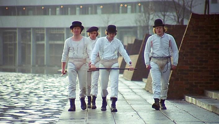 """Szenenfoto aus dem Film """"Uhrwerk Orange"""" (A Clockwork Orange, GB 1971) von Stanley Kubrick; die Droogs"""