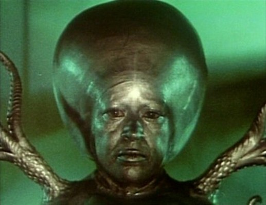 """Luce Potter als marsianische Intelligenz in einem Szenenfoto aus dem Film """"Invasion vom Mars"""" (Invaders from Mars, USA 1953)"""