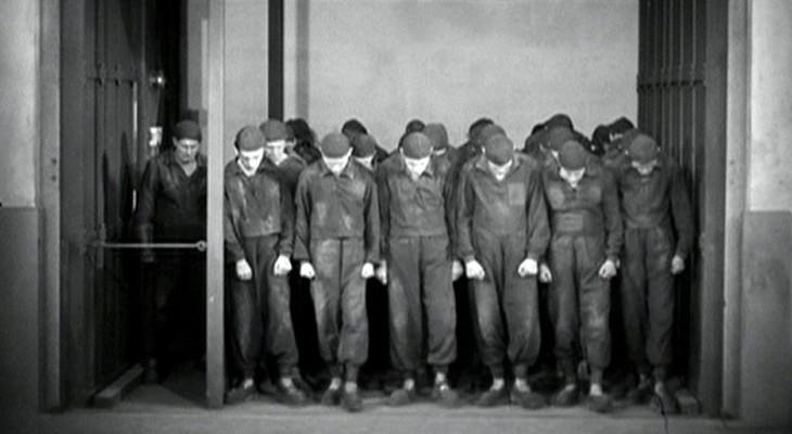 Die Arbeiter in den Fahrstühlen in Fritz Langs Metropolis (Deutschland 1927)