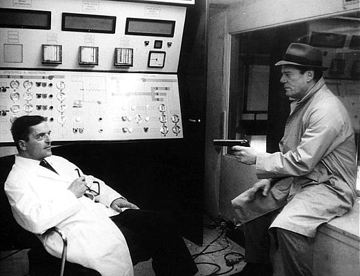 """Szenenfoto aus dem Film """"Lemmy Caution gegen Alpha 60"""" (Alphaville, Frankreich/Italien 1965) von Jean-Luc Godard; Howard Vernon und Eddie Constantine"""