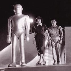"""Ausschnitt vom Buchcover von """"Steven M. Sanders (Hrsg.): The Philosophy of Science Fiction Film"""" (Kentucky 2008) mit einem Szenenfoto aus """"The Day the Earth Stood Still"""" (USA 1951)"""