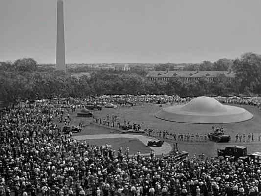 """Szenenfoto aus dem Film """"Der Tag, an dem die Erde stillstand"""" (The Day the Earth Stood Still, USA 1951) von Robert Wise; das UFO"""